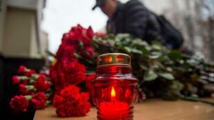 Les hommages se sont multipliés devant les locaux des Chœurs de l'Armée Rouge à Moscou après le crash du Tupolev qui transportait une partie des musiciens, dimanche 25 décembre 2016.