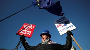 Un manifestante anti-Brexit protesta delante del Parlamento británico en Londres, Reino Unido, el 28 de enero de 2019.