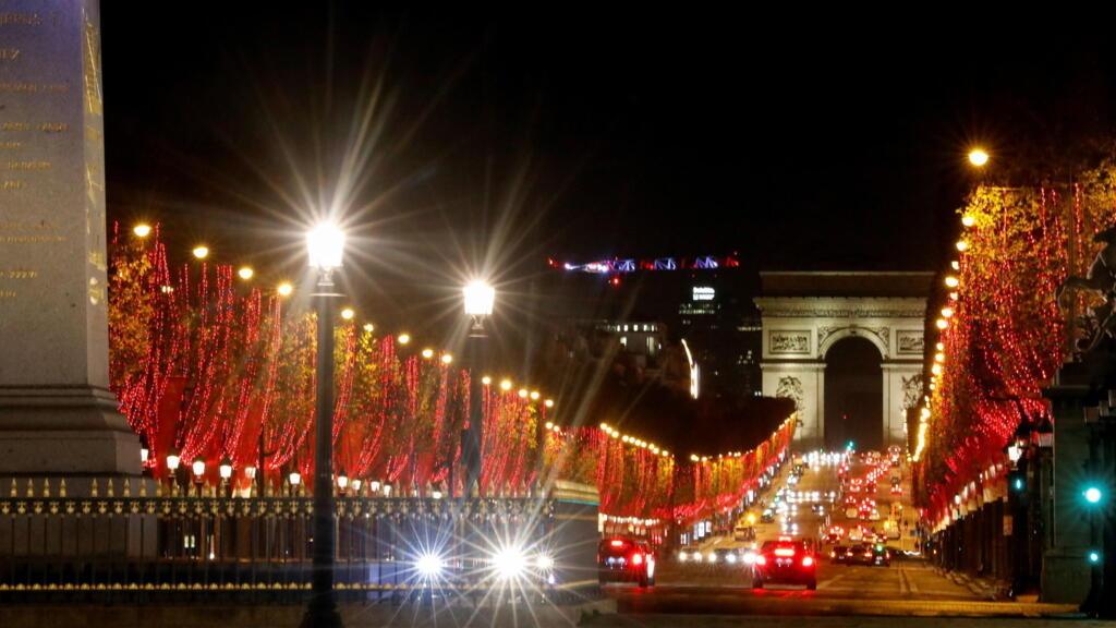 Les Champs-Élysées s'illuminent pour Noël en plein confinement