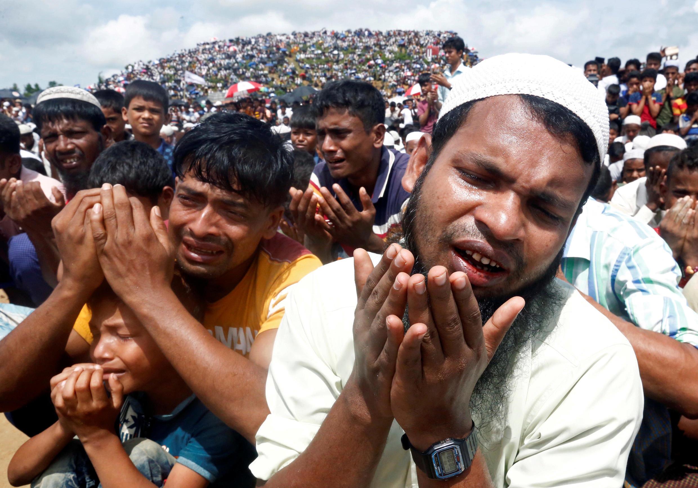 أفراد من الروهينغا يقيمون الصلاة في أحد مخيمات اللجوء في بنغلادش. 14/11/2019