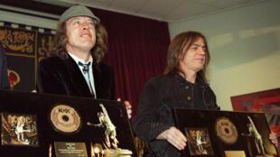 Malcolm Young (derecha), fundador junto a su hermano Angus (izquierda) de la famosa agrupación de rock australiana AC/DC, una de las bandas de rock más famosas de la historia.