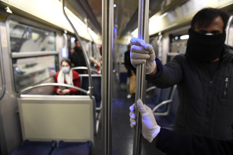En el metro de París, las personas que solían estar metidas como sardinas ahora se dan un gran espacio y hay muchos asientos.