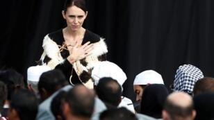 رئيسة وزراء نيوزلندا خلال مشاركتها في مراسم تكريم ضحايا اعتداء كرايستشيرش