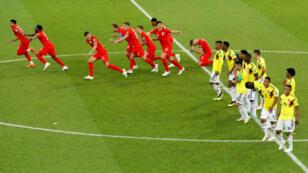 Jugadores ingleses corren a celebrar el gol de penal que les dio la clasificación a cuartos de final.