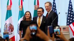 El representante Comercial de Estados Unidos, Robert Lighthizer (d); la ministra de Asuntos Exteriores de Canadá, Chrystia Freeland (i), y el secretario de Economía de México, Ildefonso Guajardo(c), participan durante la rueda de prensa conjunta el lunes 5 de marzo de 2018.
