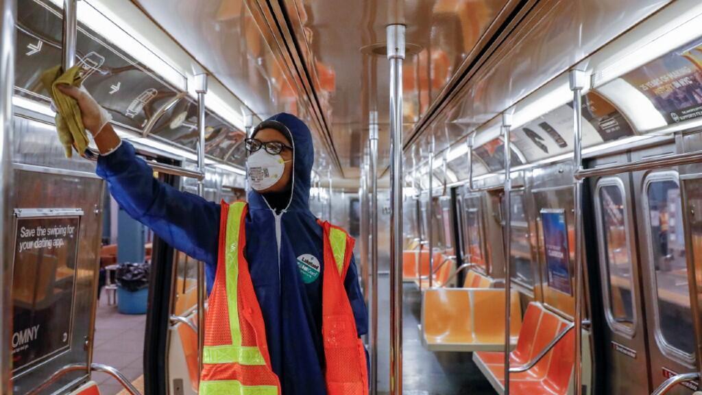 Un trabajador desinfecta el metro de Nueva York durante la noche del 7 de mayo de 2020.