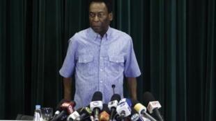 Pelé s'installe pour une conférence de presse à sa sortie d'un hôpital de Sao Paulo, le 9 décembre 2014.