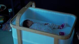 سرير ذكي يجعل الطفل يعود إلى النوم خلال الليل دون استيقاظ والديه