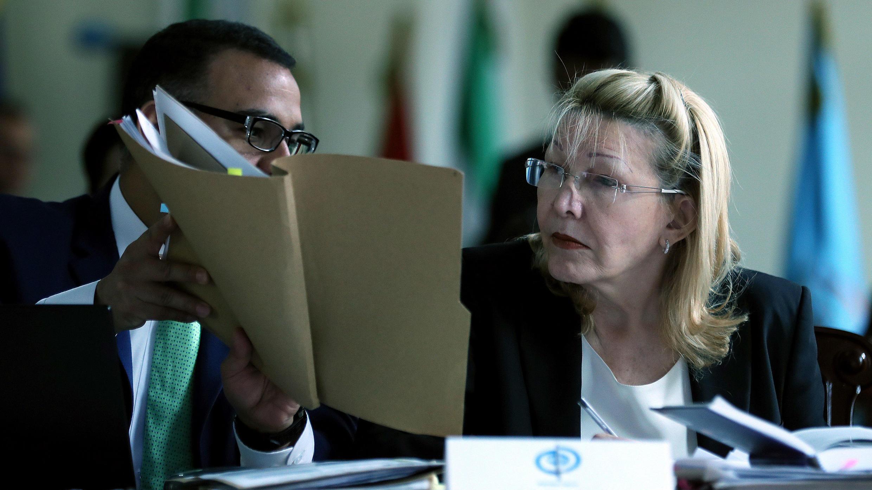 """La exfiscal general de Venezuela Luisa Ortega (d) expone su argumentos contra el presidente Nicolás Maduro ante los magistrados del Tribunal Supremo de Venezuela """"en el exilio"""" en Bogotá, Colombia, el 2 de agosto de 2018."""