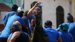 """Paramilitares son vistos en un camión en el barrio de Monimbo en Masaya, Nicaragua, el 18 de julio de 2018, luego de enfrentamientos con manifestantes antigubernamentales. El jefe de la Comisión Interamericana de Derechos Humanos ha calificado como """"alarmante"""" la violencia en curso en Nicaragua, donde meses de enfrentamientos entre los manifestantes y las fuerzas del presidente Daniel Ortega han cobrado casi 300 vidas."""