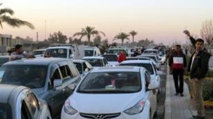 """عراقيون يدخلون مدينة الرمادي صباحا بعد تحرير الجيش العراقي للمدينة من تنظيم """"الدولة الإسلامية"""" في 29 كانون الأول/ديسمبر 2015"""