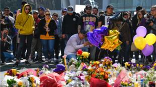 Cientos de personas se reunieron en varios monumentos improvisados para Kobe Bryant en Los Angeles, California, el 27 de enero de 2020.