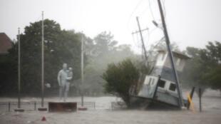 La rivière Neuse inonde le front de mer à New Bern, en Caroline du Nord, le 14 septembre 2018 lors du passage de l'ouragan Florence.