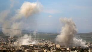 دخان القصف يتصاعد من خان شيخون في محافظة ادلب السورية في العاشر من ايار/مايو 2019