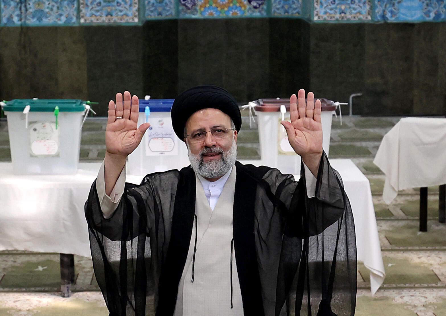 ابراهيم رئيسي بعد الإدلاء بصوته في الانتخابات الرئاسية الإيرانية في 18 حزيران/يونيو 2021.