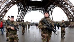عناصر من الشرطة الفرنسية في مطار أورلي بباريس