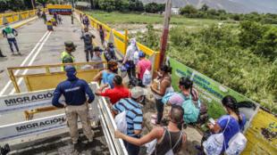 Los venezolanos que regresan a casa hacen fila en el Puente Internacional Simón Bolívar, en Cúcuta, Colombia, en la frontera con Venezuela, el 21 de agosto de 2020