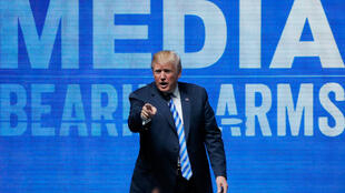 El presidente Donald Trump saluda después de su discurso en la convención de la Asociación Nacional del Rifle en Dallas, Texas. Estados Unidos. 4 de mayo, 2018.