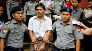 Archivo. Wa Lone detenido por la Policía de Myanmar tras ser acusado de haber violado la Ley de Secretos Oficiales al revelar las masacres que el ejército perpetró contra la minoría musulmana Rohingya. Su investigación le valió a él y a su colega un premio Pulitzer. Rangun, Myanmar. 27/08/2018