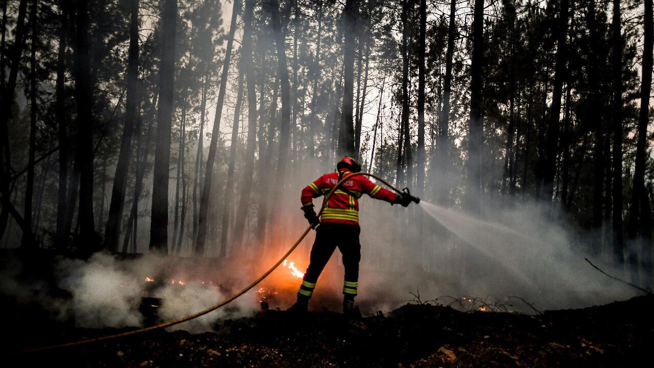 Un pompier tente d'éteindre un incendie à Vale da Cuba, près du village d'Isna, près de Castelo Branco, le 26 juillet 2020.