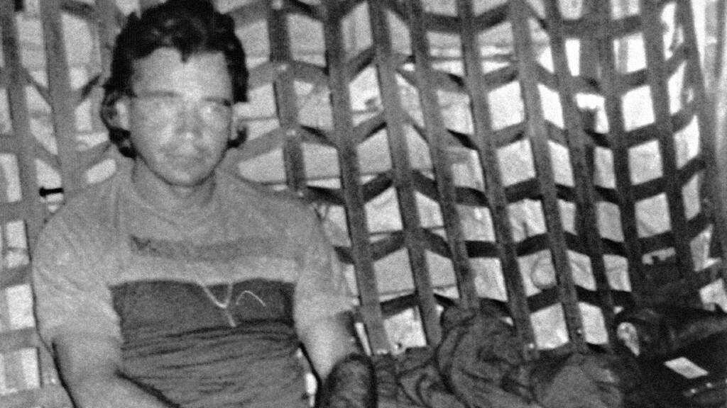 En esta foto proporcionada por el Departamento de Defensa, Carlos Lehder Rivas, de 37 años, considerado uno de los reyes del narcotráfico mundial, aparece a bordo de un avión militar después de ser arrestado y extraditado a los Estados Unidos.