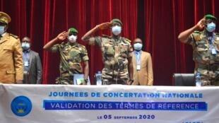Los miembros del Comité Nacional para la Salvación del Pueblo (CNSP) presiden la apertura de las consultas nacionales en MalI sobre la gestión de la transición en Bamako el 5 de septiembre de 2020.