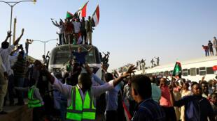 Sudaneses dan la bienvenida a un tren que transporta manifestantes, en donde se iniciaron las protestas que derrocaron al expresidente Omar al-Bashir, el 23 de abril de 2019.