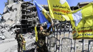 Juste après avoir annoncé la prise de Raqqa, les combattants des FDS ont envahi l'emblématique rond-point d'Al-Naïm.