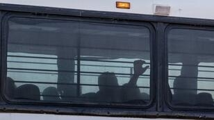 Un autobús que transporta inmigrantes deja una instalación temporal en una estación de la Patrulla Fronteriza estadounidense en Clint, Texas, el 21 de junio de 2019.