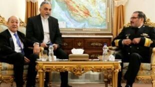 وزير الخارجية الفرنسي جان إيف لودريان إلى جانب مسؤول الأمن القومي الإيراني بطهران. 2018/03/05.