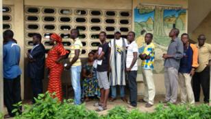 File d'attente devant un bureau de vote de la commune de Yopougon, à Abidjan.