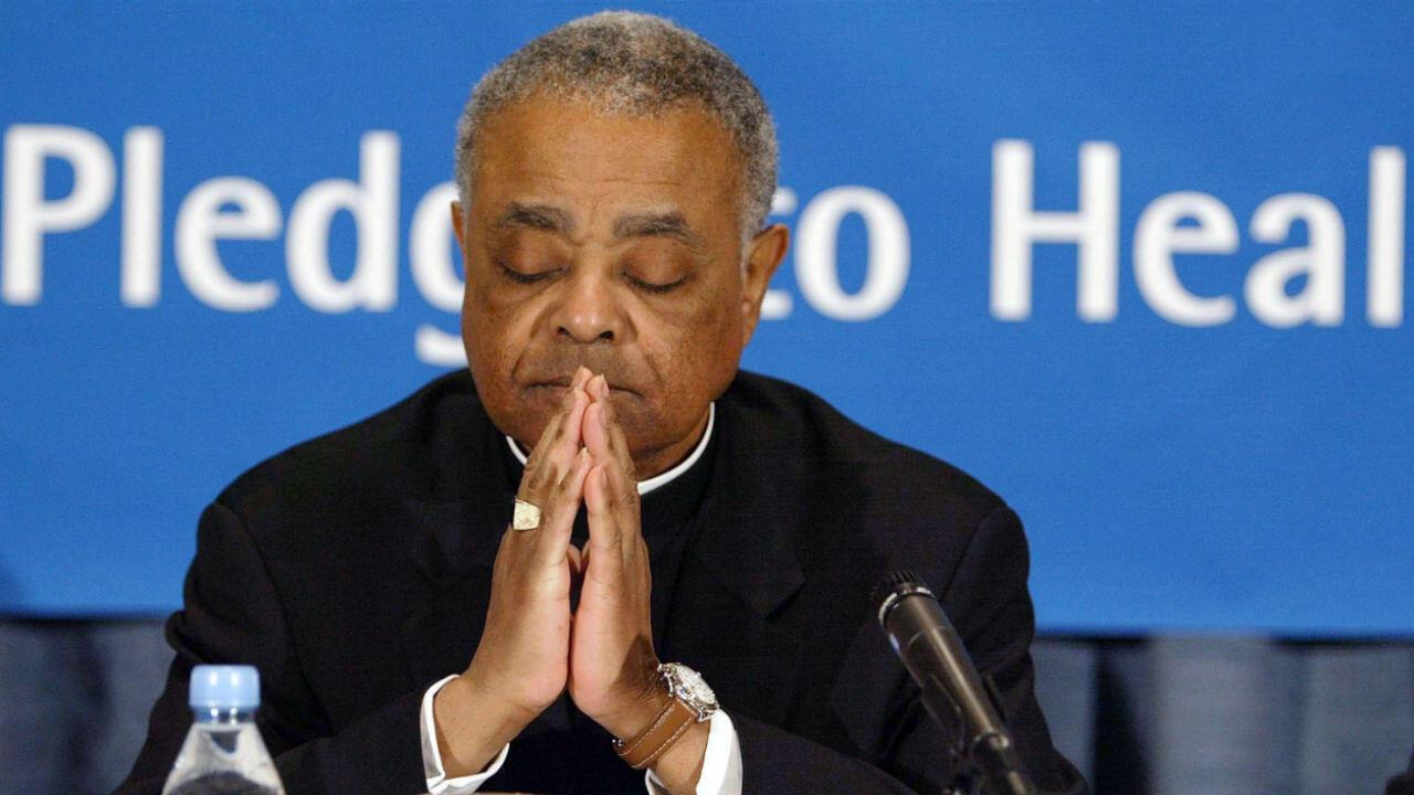 El obispo Wilton Gregory escucha los resultados de una auditoría de 195 diócesis de Estados Unidos el seis de enero de 2004, en Washington, DC. (Archivo)