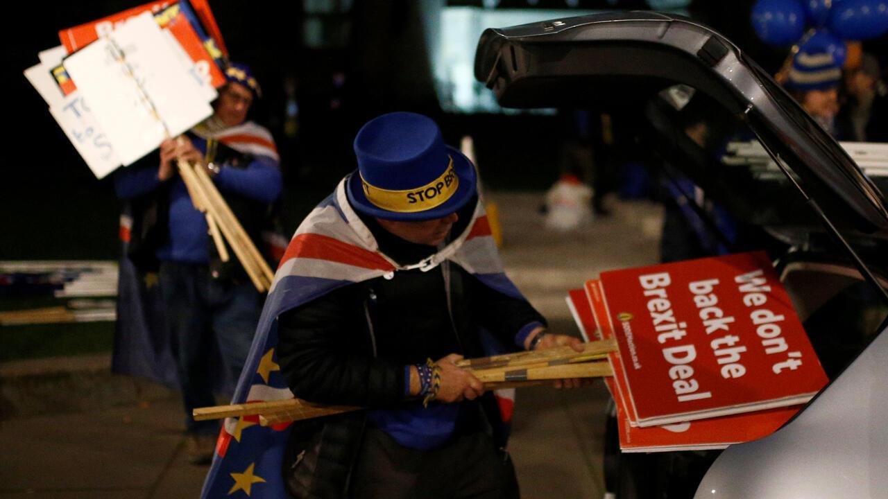 El manifestante antiBrexit Steve Bray empaca las pancartas en su automóvil luego de que se anunciara el resultado negativo del acuerdo Brexit por parte del Parlamento el 15 de enero de 2019.