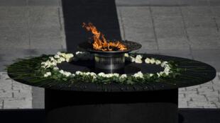 Una llama arde durante la ceremonia de estado en memoria de las víctimas del nuevo coronavirus el 16 de julio de 2020 en el Palacio Real de Madrid