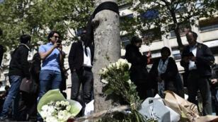 De nombreuses personnes viennent se recueillir sur les Champs-Élysées, où le policier a été abattu jeudi 20 avril.