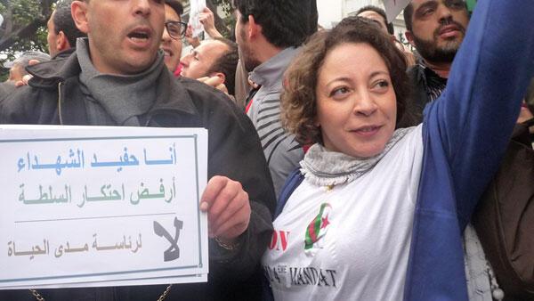 Amira Bouraoui, ex-leader de Barakat! lors d'une manifestation à Alger