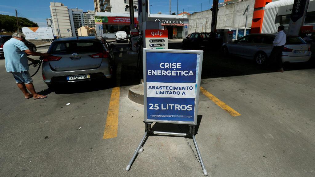 """Se muestra un cartel que dice """"Crisis energética. Límite máximo de 25 litros por llenado"""" durante una huelga de combustible en una estación de servicio cerca de Lisboa, Portugal , el 12 de agosto de 2019."""