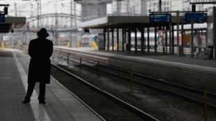 Un passager attend un train à la gare de Muncih, le 6 novembre 2014.