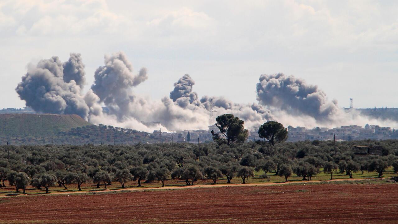 Humo se eleva sobre el pueblo de Qaminas, a unos 6 kilómetros al sureste de la ciudad de Idlib en el noroeste de Siria.