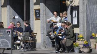 رواد مقهى في وسط ستوكهولم في 11 نيسان/أبريل 2020