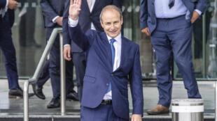 El líder de Fianna Fail, Micheal Martin, saluda después de ser elegido nuevo primer ministro de Irlanda.