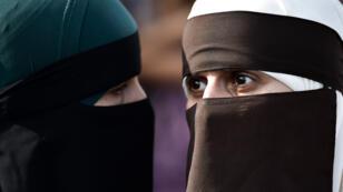 Dos mujeres que usan niqab participan en una manifestación el 1 de agosto de 2018, el primer día de la implementación de la prohibición del velo en Dinamarca, en Copenhague.