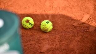 Balles de tennis et terre battue, le 1er octobre 2020 à Roland-Garros