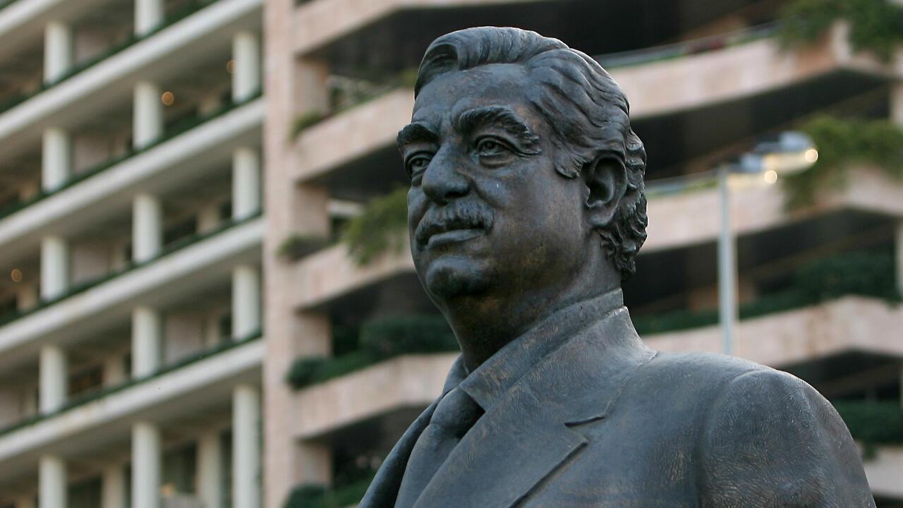 Archivo: una estatua del ex primer ministro libanés Rafik Hariri se encuentra en el lugar de su asesinato. Beirut, Líbano, el 11 de febrero de 2010.
