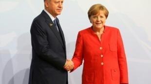 أنغيلا ميركل مع رجب طيب أردوغان خلال قمة مجموعة العشرين في هامبورغ في تموز/يوليو.