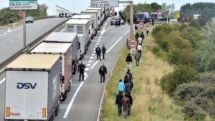 الشرطة الفرنسية تلاحق المهاجرين في كاليه.