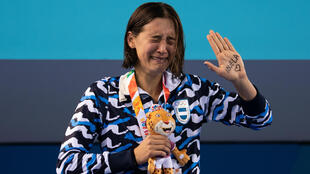 La nadadora argentina Delfina Pignatiello llora en el podio con la medalla de plata en los 800 metros libre. 9 de octubre de 2018