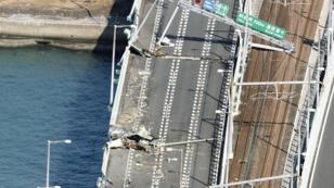 Un puente averiado que conecta el aeropuerto de Kansa luego de que se estrellara un buque cisterna de 2.591 toneladas por el fuerte viento provocado por el tifón Jebi, el 5 de septiembre de 2018.