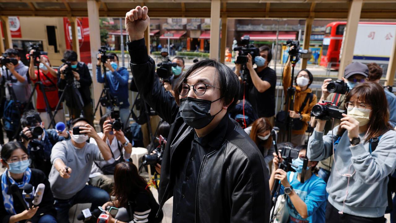 El activista prodemocracia Mike Lam King-nam levanta un puño antes de presentarse ante una estación de policía de Hong Kong. Se le acusa de violar la Ley de Seguridad Nacional de China. Hong Kong, China, 28 de febrero de 2021.
