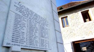 La stèle portant les noms des 44 enfants juifs, de leurs directeur et éducateurs, déportés le 6 avril 1944, photographiée le 16 mars 2000.